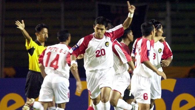 Bambang Pamungkas merayakan gol saat Timnas Indonesia menggulung Filipina 13-1 di Piala AFF 2002. (AFP/Weda)#source%3Dgooglier%2Ecom#https%3A%2F%2Fgooglier%2Ecom%2Fpage%2F%2F10000