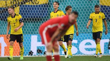 Swedia menang dramatis 3-2 atas Polandia dalam laga terakhir Grup E Euro 2020 (Euro 2021) di Saint Petersburg Stadium,Rabu (23/6/2021) malam WIB. Dengan hasil ini Swedia lolos ke 16 Besar sebagai juara grup, sementara Polandia tersingkir sebagai juru kunci. (Foto: AP/Pool/Kirill Kudyravtsev)