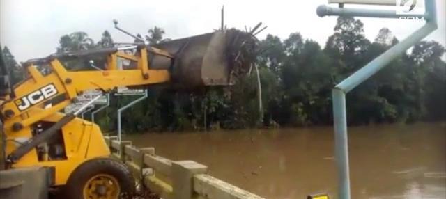 Rekaman menunjukkan para petugas yang membersihkan sampah bekas banjir di jembatan Malayatoor-Kodanad, Kerala, India. Namun yang mengejutkan adalah petugas tersebut malah membuang sampah tersebut ke sungai.