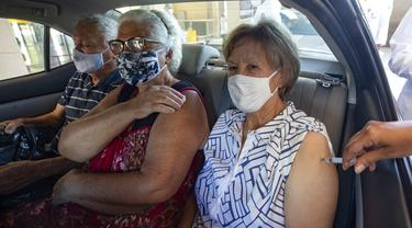 FOTO: Lansia Brasil Jalani Vaksinasi COVID-19 Secara Drive-Thru