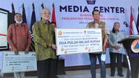 Secara simbolis, bantuan diberikan oleh CEO dan pendiri Bayan Resources, Dato Dr Low Tuck Kwong kepada Kepala Gugus Tugas Penanganan Covid-19 Doni Monardo di Grahan BNPB, Jakarta. (Istimewa)