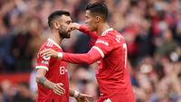 Bruno Fernandes dan Cristiano Ronaldo - Bruno dan CR7 merupakan rekan di Timnas Portugal. Pulangnya CR7 ke Old Trafford membuat mereka membentuk duet sensasional di lini depan Manchester United. (AFP/Oli Scarff)