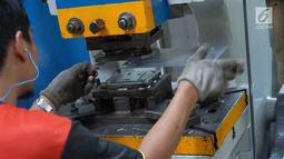 Pekerja membuat logam di Lembaga Pengembangan Bisnis (LPB) Citeureup, Bogor, Selasa (6/8/2019). Lembaga yang merupakan cabang YDBA di Tarikolot merupakan sektor unggulan logam ke 16 yang sebelumnya telah mengembangkan 15 sektor unggulan di berbagai industri. (Liputan6.com/HO/Eko)