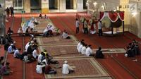 Umat muslim mengumandangkan takbir dan memukul bedug saat malam takbiran di Masjid Istiqlal, Jakarta, Selasa (4/6/2019). Umat muslim akan melaksanakan salat Idul Fitri 1440 Hijriah di Masjid Istiqlal, Jakarta. (Liputan6.com/Helmi Fithriansyah)