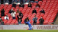 Striker Leicester City, Kelechi Iheanacho, melakukan selebrasi usai mencetak gol ke gawang Southampton pada laga Piala FA di Stadion Wembley, Senin (19/4/2021). Leicester City menang dengan skor 1-0. (John Sibley/Pool via AP)