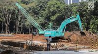 Alat berat melakukan pengerukan saat menyelesaikan proyek pembangunan mass rapid transit (MRT) fase II rute Bundaran HI-Kota di Taman Monumen Nasional (Monas), Jakarta, Selasa (2/7/2019). Kontraktor dan konsultan pembangunan MRT fase II akan melibatkan perusahaan Jepang. (Liputan6.com/Faizal Fanani)