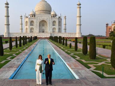Presiden AS Donald Trump dan Ibu Negara Melania Trump berpose saat mengunjungi Taj Mahal di Agra, India, Senin (24/2/2020). Taj Mahal merupakan monumen cinta dari abad ke-17. (Mandel NGAN/AFP)