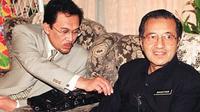 Mahathir Mohamad dan Anwar Ibrahim saat masih menjabat sebagai PM Malaysia dan Deputi PM pada 1997 (AFP)