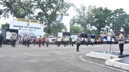Suasana acara pelepasan pendistribusian 100 ton beras di halaman Mapolda Jambi, Jumat (6/8/2021). Acara pelepasan pendistribusian beras untuk masyarakat terdampak Pandemi Covid-19 ini merupakan bantuan dari EMTEK (Elang Mahkota Teknologi) dan LYMAN Group. (Liputan6.com/Istimewa)
