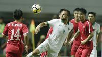 Striker Indonesia, Ilija Spasojevic, melewati pemain Korea Utara pada laga PSSI Anniversary Cup 2018 di Stadion Pakansari, Senin (30/4/2018). Skor berakhir imbang 0-0. (Bola.com/M Iqbal Ichsan)