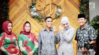 Aktris Shinta Bachir bersama anggota DPRD Sidrap, Idham Masse memperlihatkan cincin saat acara lamaran di Jakarta, Sabtu (8/9). Sekedar diketahui, Shinta Bachir berstatus janda dengan satu anak, setelah diceraikan Edi Suyitno. (Liputan6.com/Faizal Fanani)