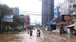 Suasana banjir yang merendam kawasan Benhil, Jakarta, Selasa (25/2/2020). Hujan yang mengguyur wilayah tersebut membuat air sungai meluap sehingga menyebabkan Banjir setinggi pinggang orang dewasa. (Liputan6.com/Angga Yuniar)