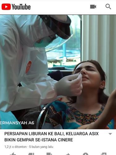 Petugas medis mendatangi rumah keluarga Anang Hermansyah dan Ashanty untuk melakukan tes PCR dan swab. (tangkapan layar YouTube/  The Hermansyah A6)