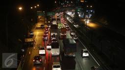 Kemacetan panjang terjadi di ruas Tol JORR jalur dari arah Ulujami menuju Jati Asih dan Cikunir karena kondisi jalan yang rusak, Jakarta, senin (29/2) malam. Kerusakan tersebut tepatnya berada di terowongan Pasar Rebo. (Liputan6.com/Herman Zakharia)