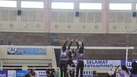 Putri Bank Jatim (ungu) menang 3-0 atas Badak LNG Bontang 3-0 dalam lanjutan Pul P Kejuaraan PGN Livoli 2018 di GOR Ki Mageti, Magetan, Selasa (30/10/2018). (foto: PBVSI)