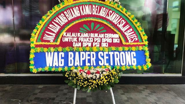 Karangan bunga untuk Fraksi PSI dari warga usai membongkar usulan tak wajar di anggaran DKI Jakarta. (Liputan6.com/Ika Defianti)