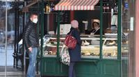 Sejumlah pelanggan mengunjungi gerai makanan ringan yang dibuka kembali di jalan Graben di Wina, Austria, (14/4/2020). Beberapa toko dan bisnis di Austria mulai dibuka kembali sejak Selasa (14/4). (Xinhua/Guo Chen)