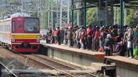 Kereta Comuter Line tiba di Stasiun Manggarai, Jakarta, Selasa (28/3). Stasiun Manggarai dipadati penumpang yang hendak berlibur pada Hari Raya Nyepi Tahun Baru Saka 1939. Jumlah kenaikan penumpang hingga 70 % dari hari biasa. (Liputan6.com/Faizal Fanani)