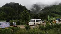 Sebuah ambulans meninggalkan area gua Tham Luang karena operasi penyelamatan berlanjut bagi mereka yang masih terperangkap di sana, di Taman Hutan Non Khun Nam Nang, distrik Mae Sai, provinsi Chiang Rai pada 10 Juli 2018. (Ye Aung Thu/AFP)