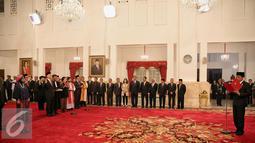 Presiden Joko Widodo saat membacakan sumpah jabatan kepada seluruh anggota Komisi Ekonomi dan Industri Nasional (KEIN) di Istana Negara, Jakarta, Rabu (20/1/2016). (Liputan6.com/Faizal Fanani)