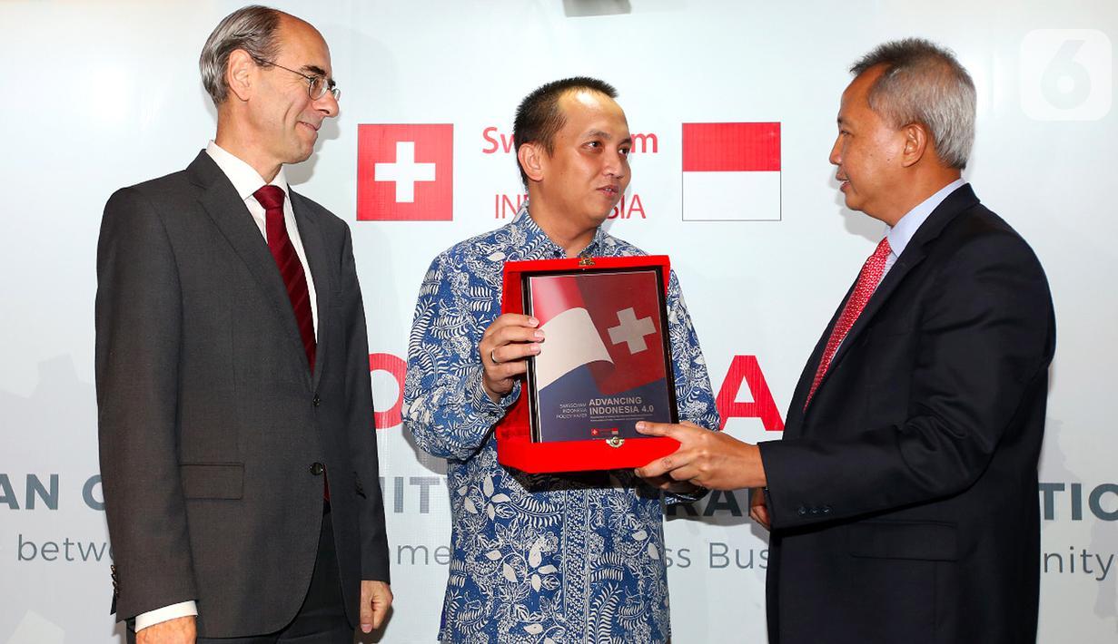 Dubes Switzerland untuk Indonesia Kurt Kunz, Deputi ad Interim Septian Hario Seto dan Ketua SwissCham Indonesia Luthfi Mardiansyah berbincang pada peluncuran Policy Paper Advancing Indonesia 4.0: An Opportunity for Transformation di Jakarta, Kamis (27/02/2020). (Liputan6.com/HO/Abdul)