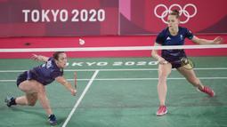 Tiket perempat final berhasil mereka genggam usai menundukkan ganda Inggris Raya, Chloe Birch/Lauren Smith (Inggris), pada laga kedua Grup A, dengan skor 21-11, 21-13. (Foto/AP/Dita Alangkara)