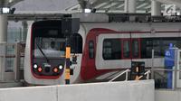 Rangkaian kereta LRT rute Kelapa Gading-Velodrome saat melakukan uji coba dari Stasiun Velodrome, Jakarta, Senin (25/2). Saat ini pembangunan LRT Kelapa Gading-Velodrome secara keseluruhan sudah mencapai 99,4 persen.  Merdeka.com/Iqbal S Nugroho)