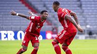 Pemain Bayern Munchen, David Alaba dan Jerome Boateng, melakukan selebrasi usai mencetak gol ke gawang Hoffenheim pada laga Bundesliga di Stadion Allianz Arena, Sabtu (30/1/2021). Bayern Munchen menang dengan skor 4-1. (Sven Hoppe/dpa via AP)