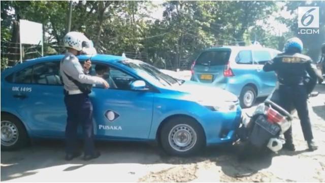 Sopir taksi tabrak petugas Dishub berusaha untuk menghindari razia.