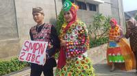Lomba fashion show berbahan limbah plastik di Purwakarta.