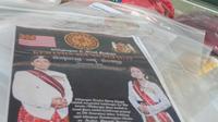 Barang bukti kasus Keraton Agung Sejagat dihadirkan dalam konferensi pers di Polda Jawa Tengah, Semarang, Rabu (15/1/2020). Barang bukti yang disita di antaranya kartu identitas hingga dokumen palsu kartu anggota Keraton Agung Sejagat. (Liputan6.com/Gholib)