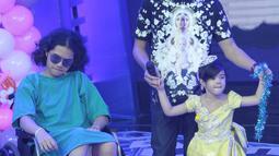 Ahmad Al Ghazali atau Al ditemani kedua adiknya, Abdul Qadir Jaelani alias Dul dan Safeea saat menghadiri acara Mom & Kids Awards 2015 di Jakarta, Selasa (22/12). Empat buah hati Ahmad Dhani itu tampak terlihat akrab. (Liputan6.com/Herman Zakharia)