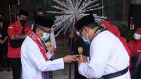Ketua DPP PDIP Eriko Sotarduga dan Sekjen PDIP Hasto Kristiyanto memperagakan palang pintu Betawi. (Liputan6.com/Putu Merta Surya Putra)