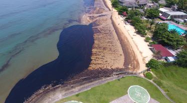 Gambar dari udara tumpahan minyak di Pantai Benua Patra, Balikpapan, Kalimantan Timur, Senin (2/4). Tumpahan minyak disebabkan oleh pipa bawah laut Pertamina yang pecah. (AFP)