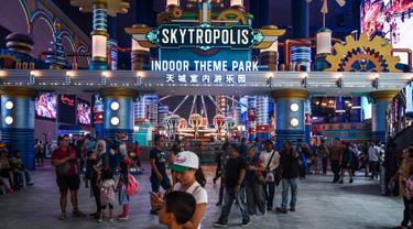 Sejumlah pengunjung berjalan di Skytropolis Funland, di resor Genting Highlands di luar Kuala Lumpur, Malaysia (30/6/2019). Di dalam Skytropolis Funland, ada sekitar 21 wahana yang terbagi menjadi tiga bagian, antara lain Child Rides, Family Rides, dan Thrill Rides. (AFP Photo/Mohd Rasfan)