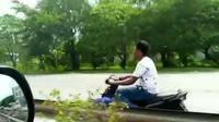Seorang pengendara motor masuk jalur tol dan lawan arus, tanpa menggunakan helm dan dilengkapi kaca spion. (@cctv_indonesia)