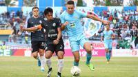 Gelandang Persela, Rafael Oliveira, tengah berebut bola dengan bek PSS, Bagus Nirwanto di Stadion Surajaya, Lamongan, Rabu (11/12/2019). (Bola.com/Aditya Wany).
