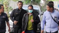 Bupati Mesuji Khamami (kanan) tiba di Gedung KPK, Jakarta, Kamis (24/1). KPK memiliki waktu 1x24 jam untuk menentukan status hukum mereka yang diamankan. (Merdeka.com/Dwi Narwoko)