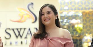 Tasya Kamila meluncurkan koleksi perhiasan 'Dear Love Collection' di Pondok Indah Mall, Jakarta Selatan, Senin (3/2/2020). (Daniel Kampua/Fimela.com)
