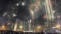 Pesta kembang api di kawasan Bundaran Hotel Indonesia (HI) saat malam pergantian tahun baru 2011, Jakarta.(Antara)