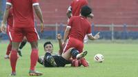 Pemain Dewa United harus jatuh bangun akibat tekanan pemain Persik pada uji coba di Stadion Brawijaya Kota Kediri, Rabu (9/6/2021). (Bola.com/Gatot Susetyo) Attachments area