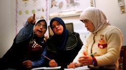 Hiba Al-Sharfa mengajar muridnya yang menderita Down Syndrome di sekolah Asosiasi Hak Hidup di Kota Gaza (21/12). Hiba berhasil mencapai mimpinya dengan menjadi guru pertama pengidap Down Syndrome. (Reuters/Suhaib Salem)