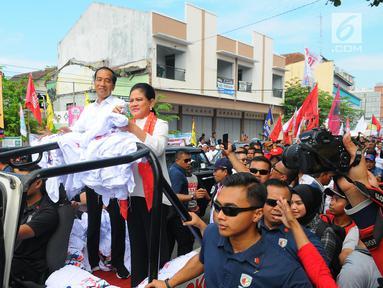 Capres 01 Joko Widodo di dampingi Istri Iriana Joko Widodo saat kampanye terbuka di Banyumas, Jawa Tengah, Kamis (4/4). Dalam kampanye tersebut Jokowi mengajak para pendukung untuk memerangi hoax dan memenangkan pasangan no urut 01 Jokowi-ma'ruf di banyumas.(Liputan6.com/Angga Yuniar)