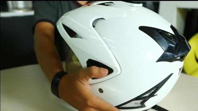 Ingin membuat helm kotor terlihat seperti baru lagi? Berikut tips praktis membersihkan helm.
