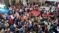 Vaksinasi Covid-19 massal yang digelar di Mega Mall Batam, Kamis (17/6/2021), berubah menjadi kerumunan lantaran prosesnya tidak tertib. (Liputan6.com/ Ajang Nurdin)