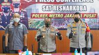 Penjelasan Kabib Humas Polda Metro Jaya, Kombes  Yusri Yunus saat konferensi pers di Polres Jakarta Pusat. 8/7/2021. (Adrian Putra/ Fimela.com)