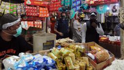 Wali Kota Bogor Bima Arya (kanan) saat mengecek kepatuhan warga dalam menggunakan masker di Pasar Ciawi, Bogor, Kamis (10/9/2020). Kegiatan ini bagian dari kesepakatan antara Pemkot dan Pemkab Bogor dalam pengawasan penerapan protokol kesehatan di titik-titik perbatasan. (merdeka.com/Arie Basuki)