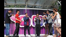 Juara ketiga Music Video Contest, Eros Tjokro (tengah) saat memperkenalkan diri di atas panggung inBox SCTV di Gelora Bung Karno, Jakarta, Rabu (28/1/2015). (Liputan6.com/Herman Zakharia)