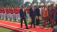 Penyambutan Presiden Argentina Mauricio Macri oleh Presiden Jokowi diawali dengan upacara kenegaraan. (Merdeka.com)