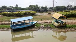Perahu terlihat di dermaga Taman Archipelago, Taman Mini Indonesia Indah (TMII), Jakarta, Sabtu (15/9). Perahu untuk wisatawan tidak bisa beroperasi akibat debit air menyusut di musim kemarau. (Liputan6.com/Fery Pradolo)